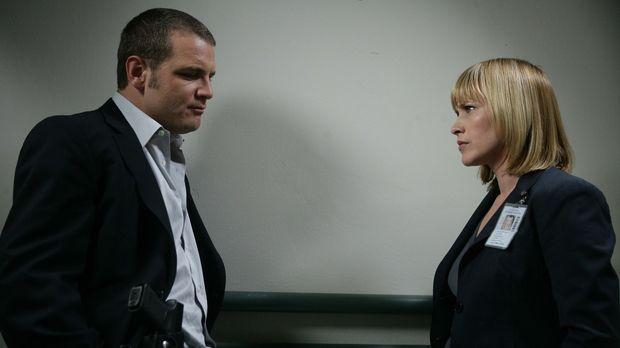 Allison Dubois (Patricia Arquette, r.) erzählt Detective Lee Scanlon (David C...