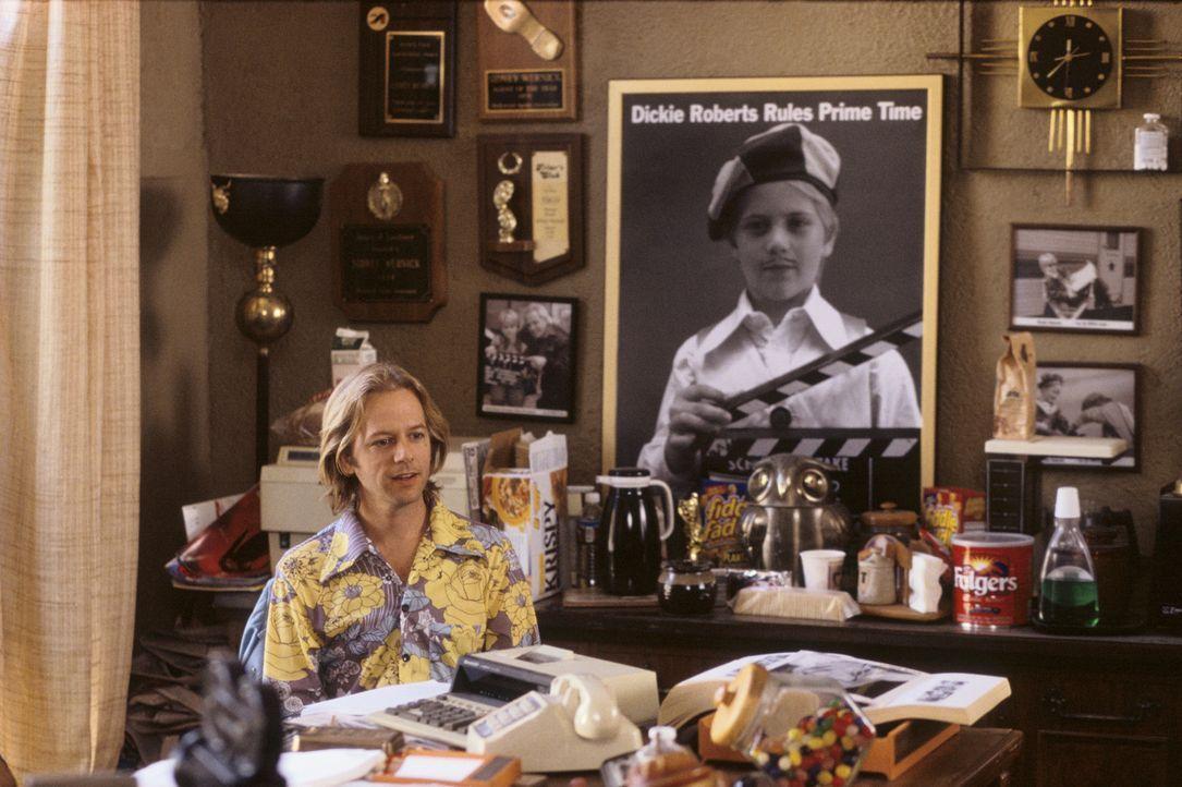 Dickie Roberts (David Spade) ist ein 35-jähriger berühmter Ex-Kinderstar. Eines Tages versucht er bei einem Vorsprechen noch einmal die ganz groß... - Bildquelle: Mark Fellman Paramount Pictures