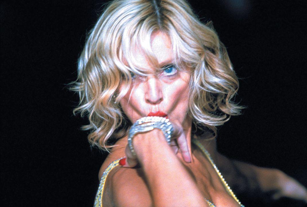Allein mit einer schönen Frau auf einer paradiesischen Insel gestrandet? Ein Albtraum, wenn diese Frau Amber (Madonna) heißt, reich, verwöhnt, b - Bildquelle: 2003 Sony Pictures Television International