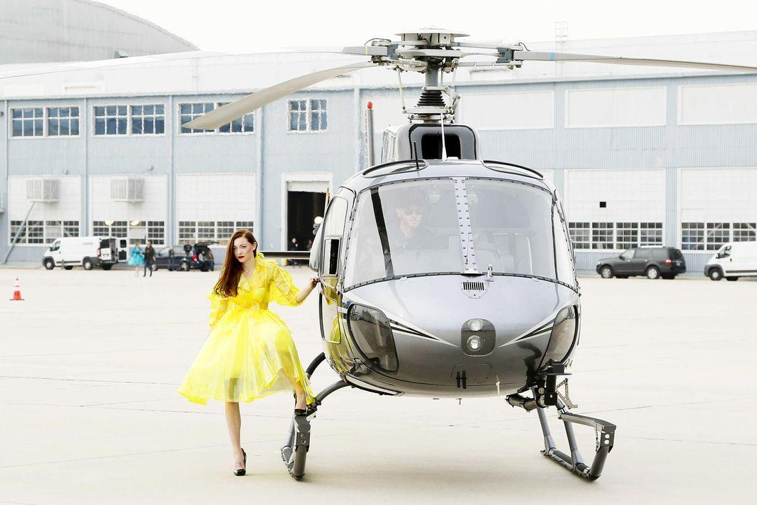 GNTM-Stf10-Epi06-Helikopter-Shooting-10-Ajsa-ProSieben-Richard-Huebner - Bildquelle: ProSieben/Richard Huebner