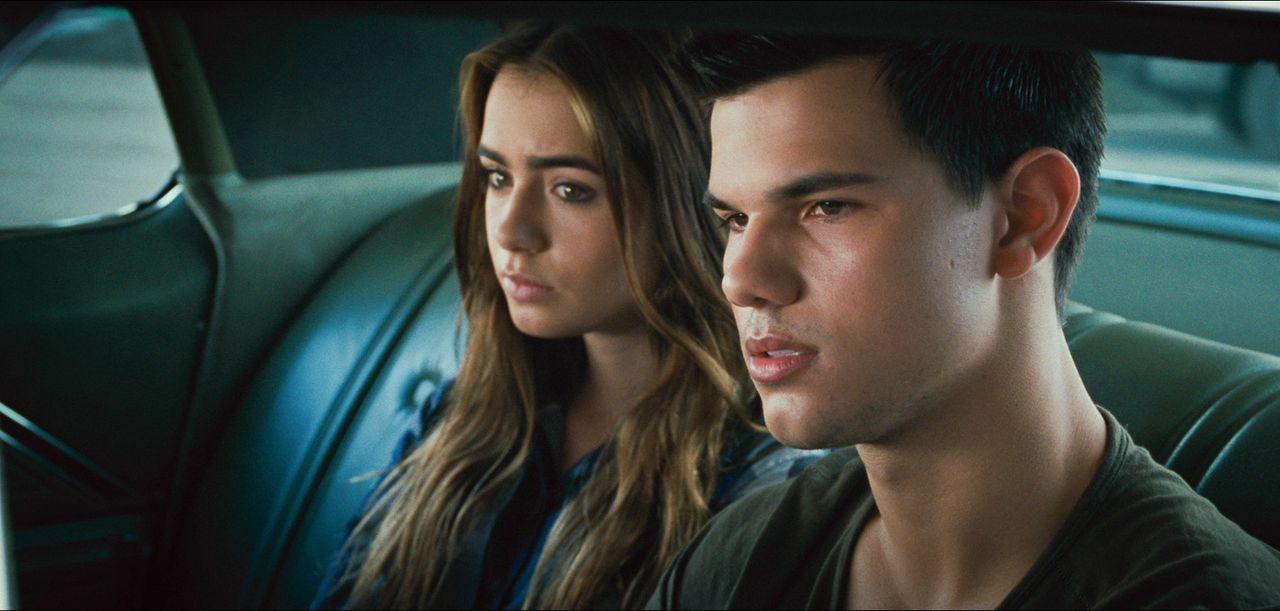 Schon bald befinden sich Nathan (Taylor Lautner, r.) und Karen (Lily Collins, l.) auf der Flucht vor unbekannten Killern und der CIA ... - Bildquelle: 2011, Vertigo Entertainment, Gotham Group, Tailor Made, Quick Six Entertainment, Lionsgate Films Inc.