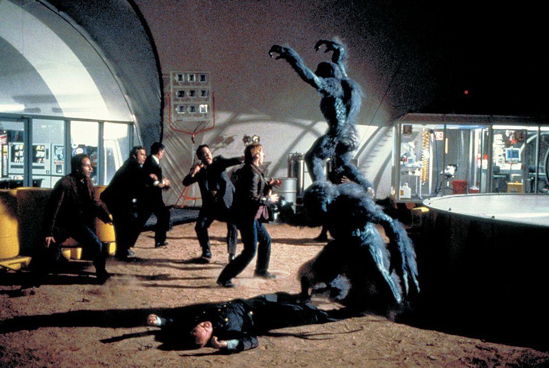 Nicht immer kommt alles Gute von oben: In der Einöde von Arizonas Wüste schlägt ein riesiger Meteorit ein. Dieser bringt eine außerirdische Lebe... - Bildquelle: 2003 Sony Pictures Television International