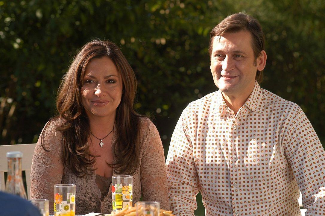 Rainer Engel (Ingo Naujoks, r.) und seine Frau Karin (Simone Thomalla, l.) führen eine Bilderbuchehe - Lou Ziffer glaubt mit ihnen ein leichtes Spi... - Bildquelle: Sat.1