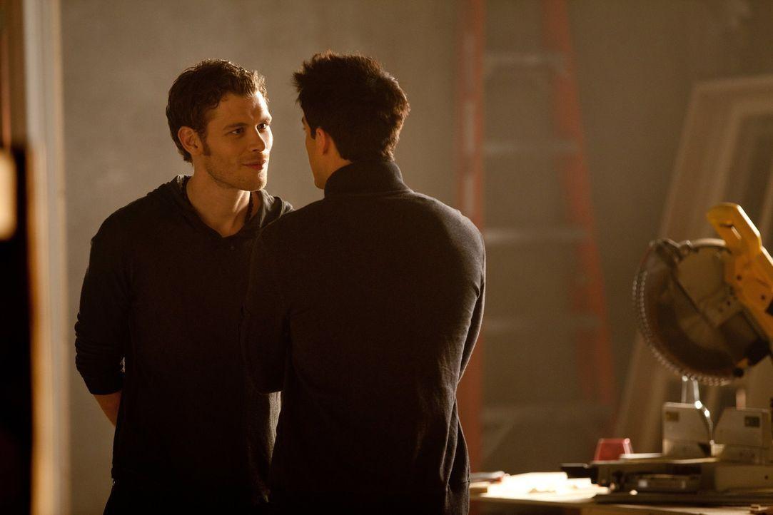 Tyler (Michael Trevino, r.) erhält von Klaus (Joseph Morgan, l.) den Befehl, Caroline zu beißen und glaubt, in dem Fall einen eigenen Willen zu ha... - Bildquelle: Warner Brothers