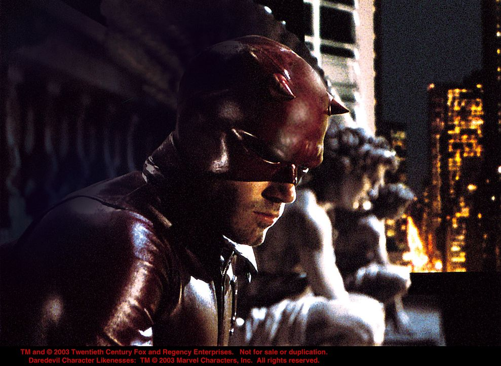 """Tagsüber ist er ein angesehener Staatsanwalt, doch nach der Arbeit wird er zum """"Mann ohne Angst""""... Daredevil (Ben Affleck, l.)! - Bildquelle: 20th Century Fox"""