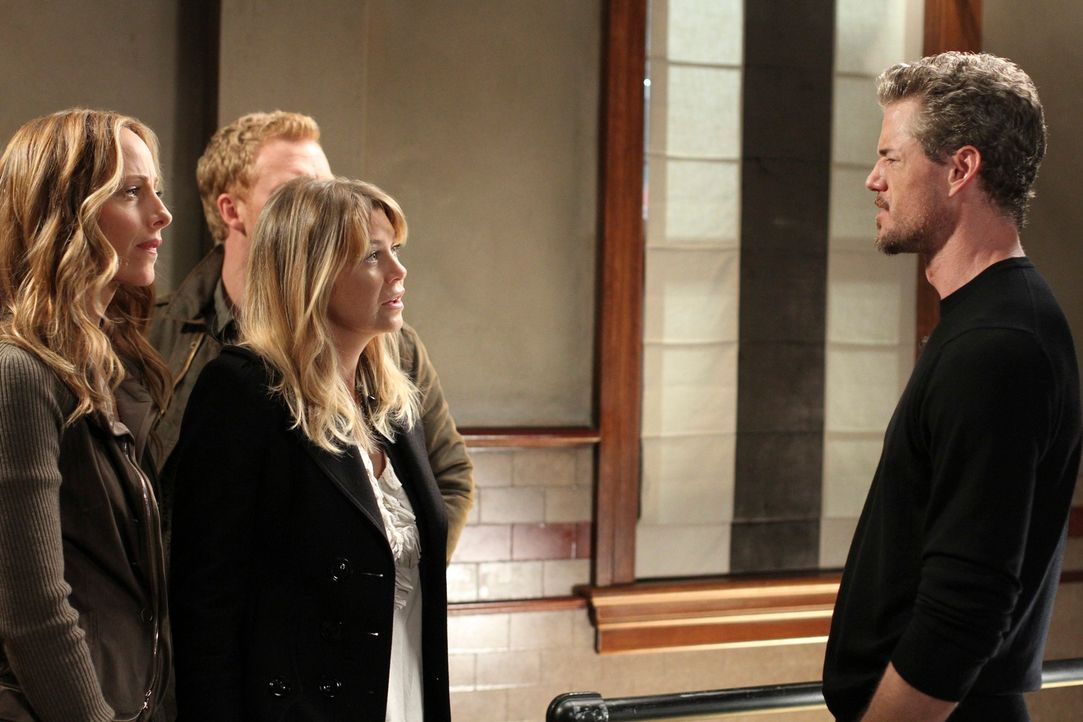 Diskutieren, was mit Cristina geschehen soll, die offiziell ihre Kündigung eingereicht hat: Teddy (Kim Raver, l.) Meredith (Ellen Pompeo, 2.v.r.), O... - Bildquelle: ABC Studios
