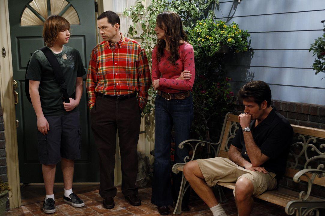 Während Judith (Marin Hinkle, 2.v.r.) und Alan (Jon Cryer, l.) etwas Mitleid mit Charlie (Charlie Sheen, r.), nach der Trennung von Chelsea haben, s... - Bildquelle: Warner Brothers