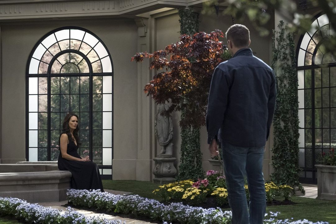 Amara (Emily Swallow, l.) beginnt, über die Auswirkungen ihrer Handlungen nachzudenken. Unterdessen soll Dean (Jensen Ackles, r.) die Finsternis ein... - Bildquelle: 2014 Warner Brothers