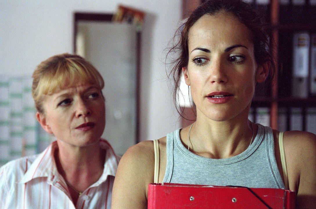Was suchst du in unserem friedlichen Dorf? Bärbel Lindberg (Ulrike Mai, l.) verlangt von Johanna (Bettina Zimmermann, r.) Antworten ... - Bildquelle: Stefan Erhard Sat.1