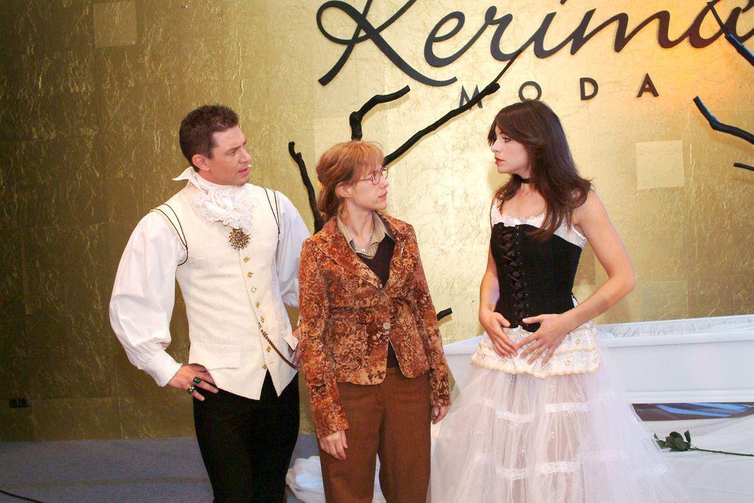 Lisa (Alexandra Neldel, M.) glaubt, Mariella (Bianca Hein, r.) mit Gernot (Timo Merkhoffer, l.) in einer eindeutigen Situation erwischt zu haben. Do... - Bildquelle: Monika Schürle Sat.1