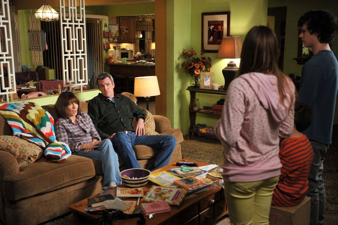 Frankie (Patricia Heaton, l.) und Mike (Neil Flynn, 2.v.l.) sind entsetzt, als Sue (Eden Sher, 3.v.r.), Brick (Atticus Shaffer, 2.v.r.) und Axl (Cha... - Bildquelle: Warner Brothers