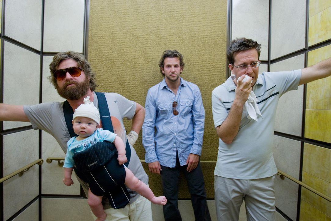 Bräutigam Doug beschließt mit seinen drei Trauzeugen Phil (Bradley Cooper, M.), Stu (Ed Helms, r.) und Alan (Zach Galifianakis, l.) in Las Vegas e... - Bildquelle: Warner Brothers