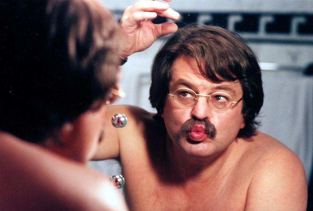 """Florestan Seyfried (Erwin Steinhauer) will den """"Romeo"""" geben. Da seine """"Julia"""" ihm zwar auferzwungen wurde, aber trotzdem jung und attraktiv ist, ko... - Bildquelle: Brandenstein Sat.1"""