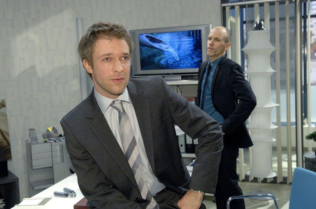 Dr. Philipp Hahn (Hubertus Grimm, l.) versichert Gerrit (Lars Löllmann, r.), dass er die angespannte Situation um die Babyprom-Pillen unter Kontroll... - Bildquelle: Claudius Pflug Sat.1