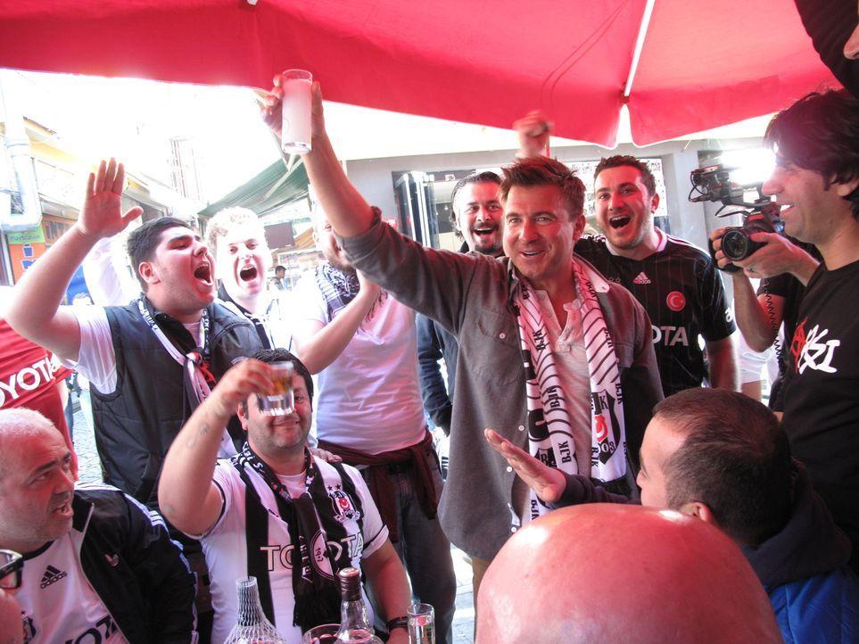Bier, Rebellion, Fußball, Islam und feuriger Brandy erregen die moderne Türkei. Jack Maxwell (M.) stößt mit Fußballlfans in Istanbul auf den Sieg ih... - Bildquelle: 2014, The Travel Channel, L.L.C. All Rights Reserved.
