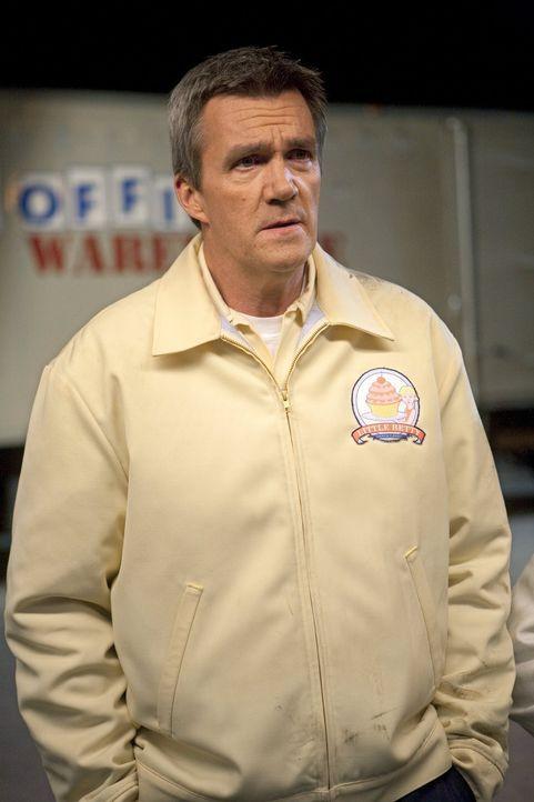 Statt Steinbruch gibt's jetzt Kuchen: Mike (Neil Flynn) heuert bei einem Lieferdienst an, bei dem er nachts Kuchen ausliefern muss ... - Bildquelle: Warner Brothers