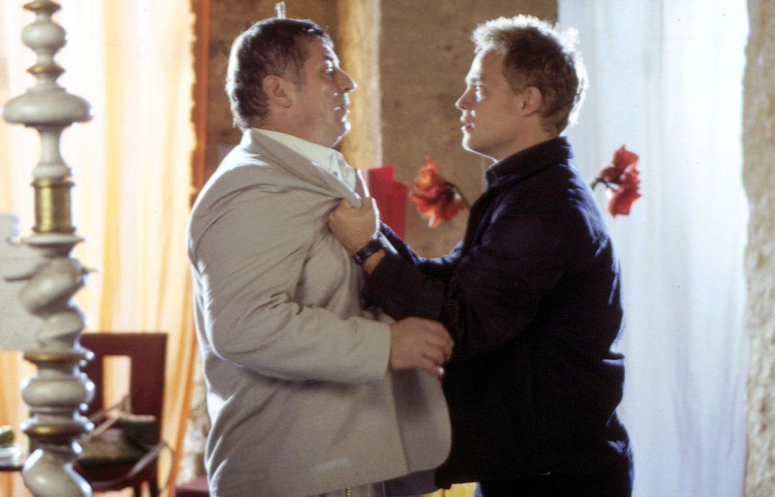 Ben (Matthias Koeberlin, r.) stellt seinen Vater (Heinz Hoenig, l.) zur Rede: Wieso hat er ihm verschwiegen, dass er an Krebs leidet und ein Doppell... - Bildquelle: Susanne Michl Sat.1