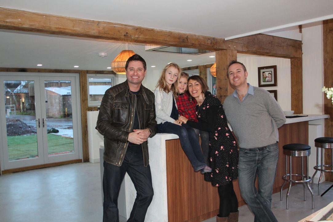 Architekt George Clarke (l.) unterstützt Marco (r.) und Kath Walker (2.v.r.) dabei, zwei verfallene Scheunen in ein Traumhaus für sich und ihre Kind... - Bildquelle: 2014 Cable News Network, Inc. A TimeWarner Company All rights reserved.