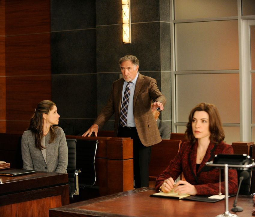 Alicia (Julianna Margulies, r.) und Laura Hellinger (Amanda Peet, l.) diskutieren, ob Richter Creary (Judd Hirsch, M.) tatsächlich objektiv urteilen... - Bildquelle: Jeffrey Neira 2012 CBS Broadcasting, Inc. All Rights Reserved