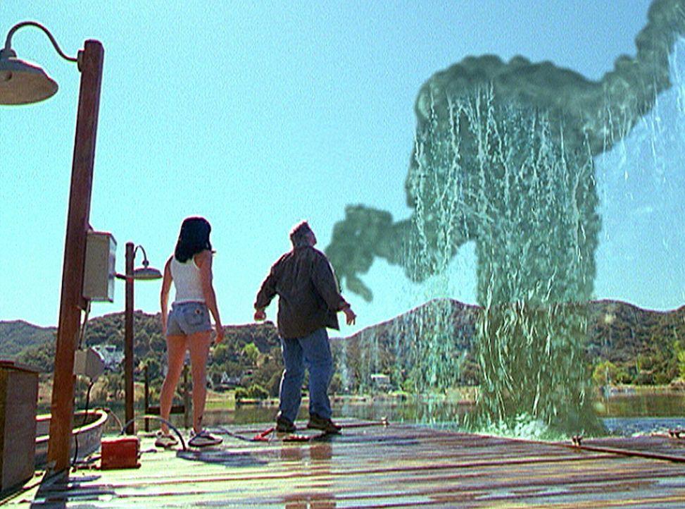 Ein Dämon droht Prue (Shannen Doherty, l.) in die Tiefe des Sees zu ziehen, doch Sam (Scott Jaeck, r.) stellt sich ihm entgegen. - Bildquelle: Paramount Pictures