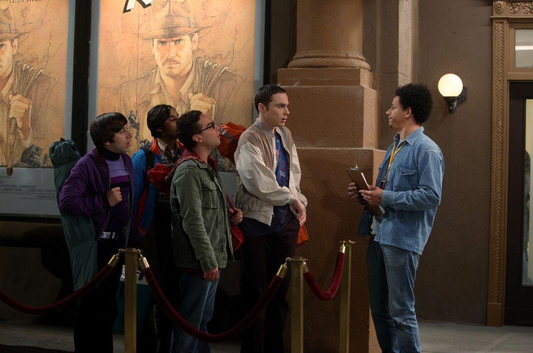 Joey (Eric Andre, r.) hat keine gute Nachricht für Sheldon (Jim Parsons, 2.v.r.), Raj (Kunal Nayyar, 2.v.l.), Leonard (Johnny Galecki, M.) und Howar... - Bildquelle: Warner Bros. Television