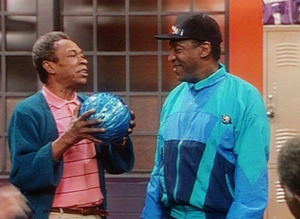 Jam wundert sich über die exquisite Bowlingkugel, die Cliff (Bill Cosby, r.) sein eigen nennt. - Bildquelle: Viacom
