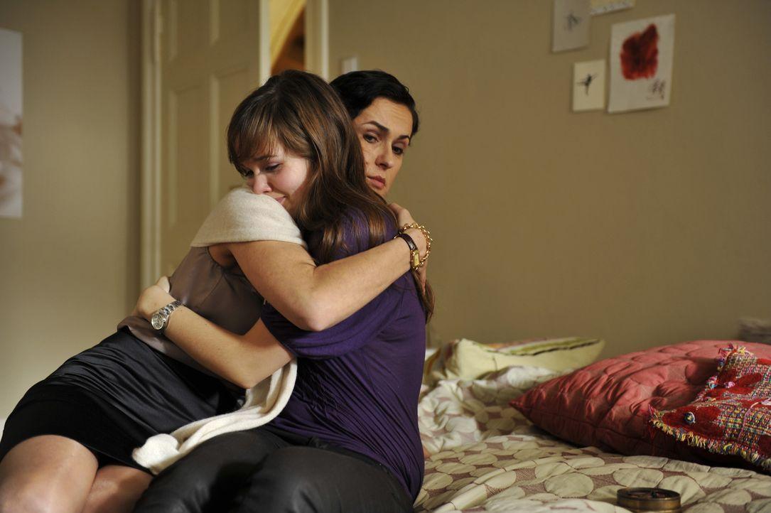 Nachdem Sofie (Emilia Schüle, r.) herausgefunden hat, was Flo getan hat, ist sie am Boden zerstört. Ihre Mutter (Marie-Lou Sellem, l.) versucht si... - Bildquelle: Buena Vista International