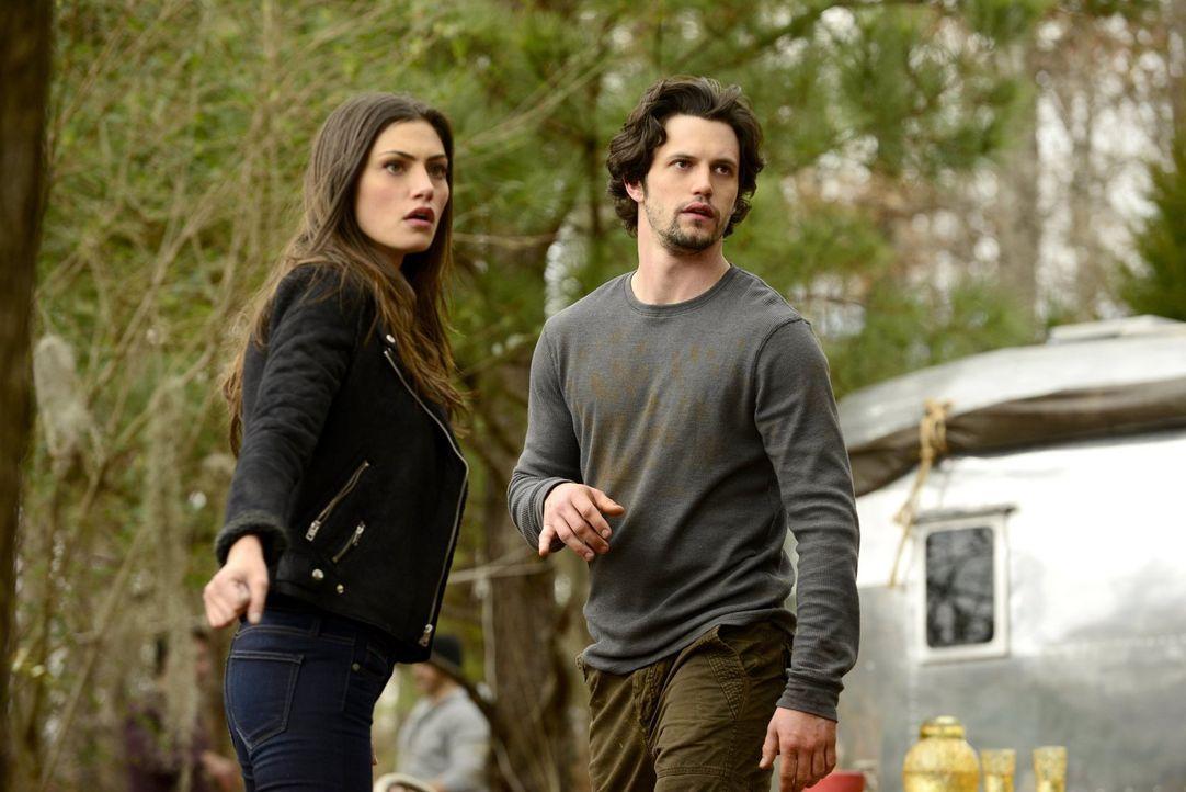 Jackson (Nathan Parsons, r.) und Hayley (Phoebe Tonkin, l.) versuchen, all ihre Probleme gemeinsam in Angriff zu nehmen, nicht ahnend, welche Gefahr... - Bildquelle: Warner Bros. Entertainment, Inc