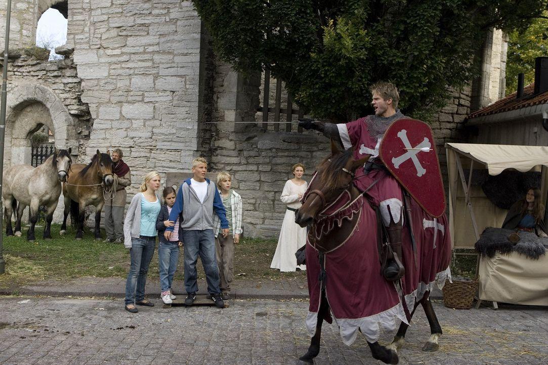 Die gefährliche Schwarze Bruderschaft kann sich, während der mittelalterlichen Woche auf Gotland, in ihren schwarzen Umhängen und Kapuzen frei in... - Bildquelle: Nordisk Film International Sales