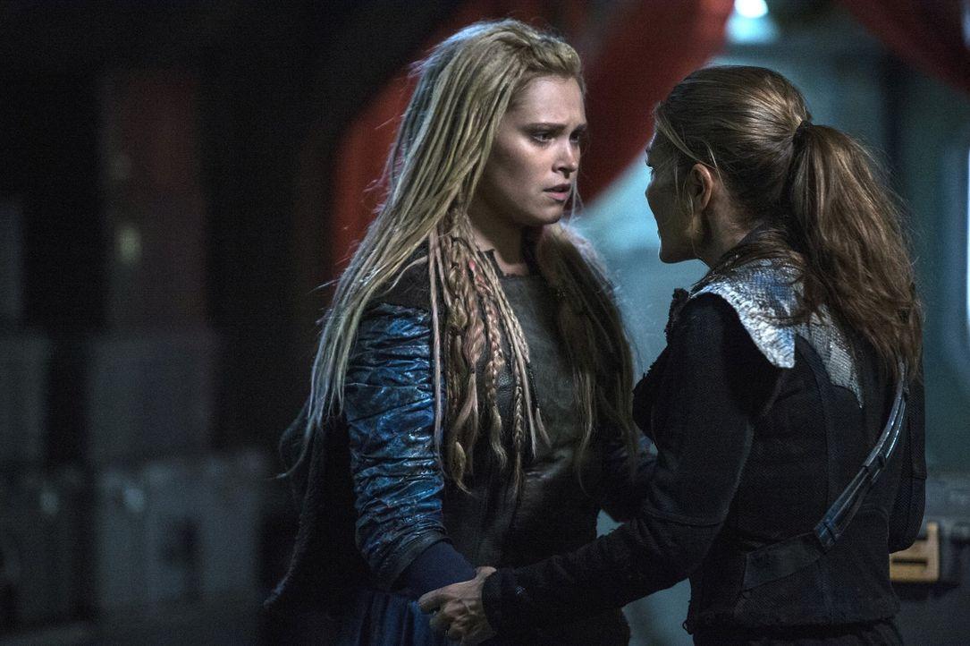Finden Clarke (Eliza Taylor, l.) und Abby (Paige Turco, r.) einen Weg das Blutvergießen zu stoppen? - Bildquelle: 2014 Warner Brothers