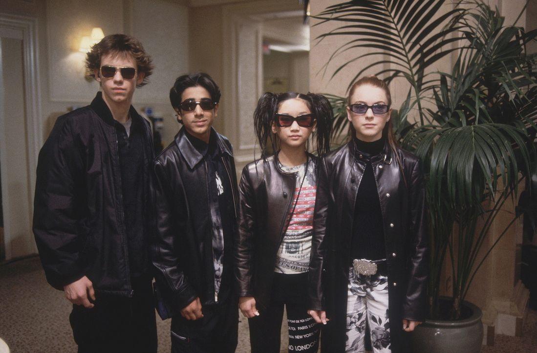Unterwegs, einen kniffligen Fall zu lösen: Lexy (Lindsay Lohan, r.), Jack (Bug Hall, l.) und Jennifer (Brenda Song, 2.v.r.) ... - Bildquelle: Disney