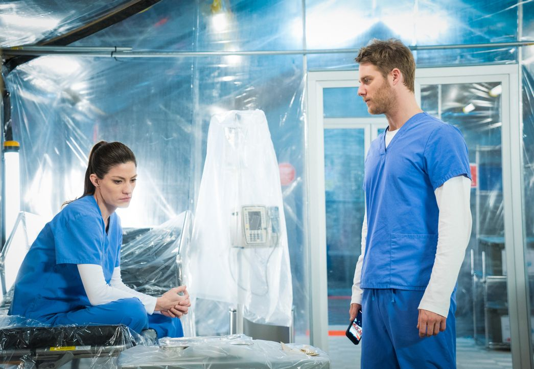 Werden unter Quarantäne gestellt: Brian (Jake McDorman, r.) und Rebecca (Jennifer Carpenter, l.) ... - Bildquelle: 2016 CBS Broadcasting, Inc. All Rights Reserved