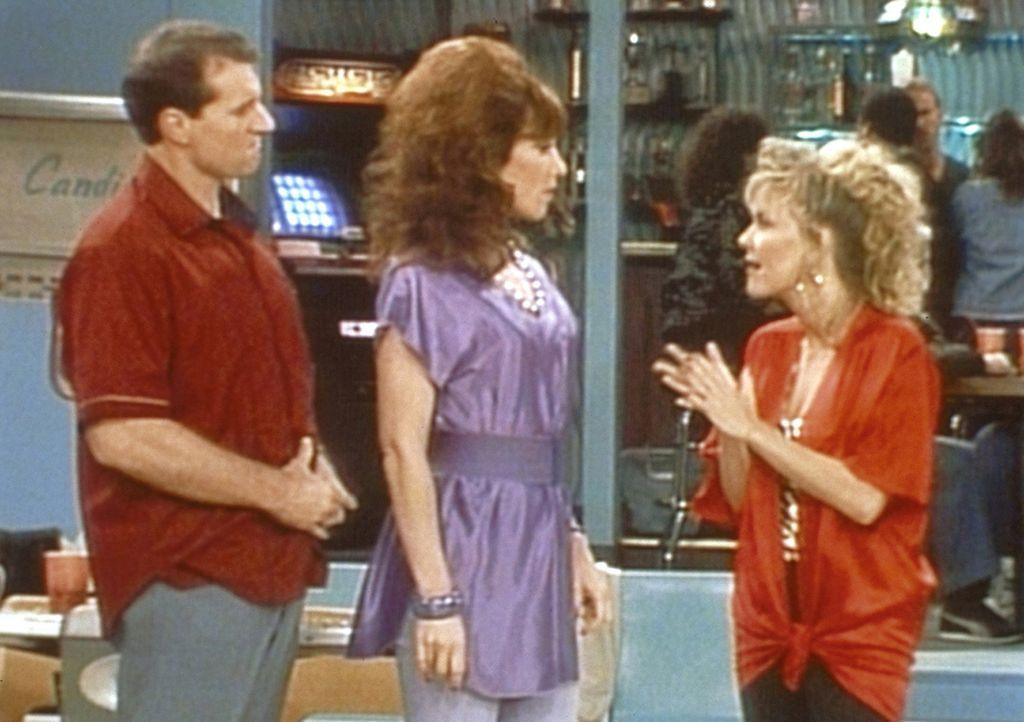 Mimi (Deborah Harmon, r.) fordert Al (Ed O'Neill, l.) und Peggy (Katey Sagal, M.) zu einem Bowlingwettkampf heraus. - Bildquelle: Sony Pictures Television International. All Rights Reserved.
