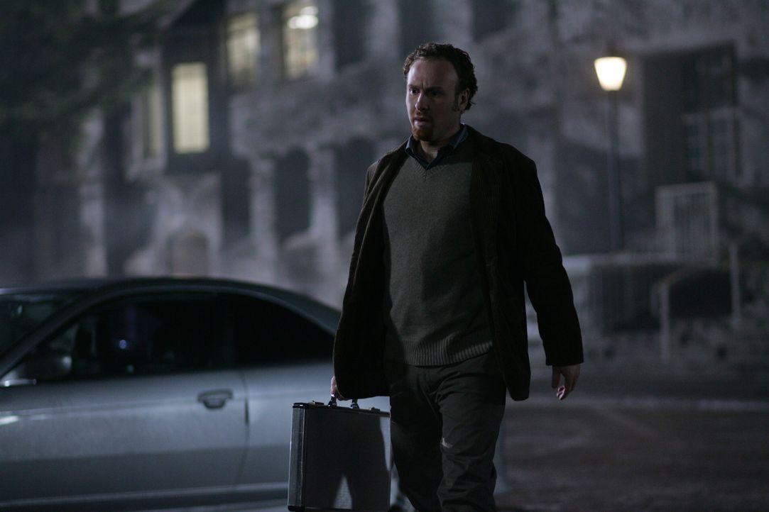 Hat der Wissenschaftler (Chad Hershler) etwas mit den Tricks und Legenden zu tun? - Bildquelle: Warner Bros. Television