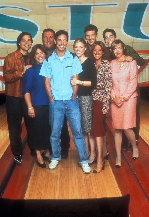(2. Staffel) - Das Bowlingbahnteam (v.l.n.r.): Phil (Michael Ian Black), Molly (Lesley Boone), Kenny (Mike Starr), Ed (Tom Cavanagh), Carol (Julie B... - Bildquelle: TM &   Paramount
