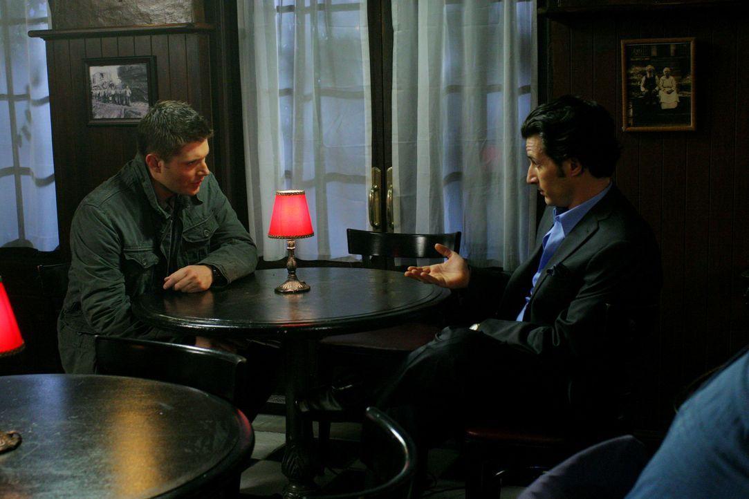 Bobby riskiert sein Leben, als er in einem Pokerspiel mit einer männlichen Hexe (Hal Ozsan, r.) um 25 Jahre seines Lebens spielt. Er möchte wieder j... - Bildquelle: Warner Bros.