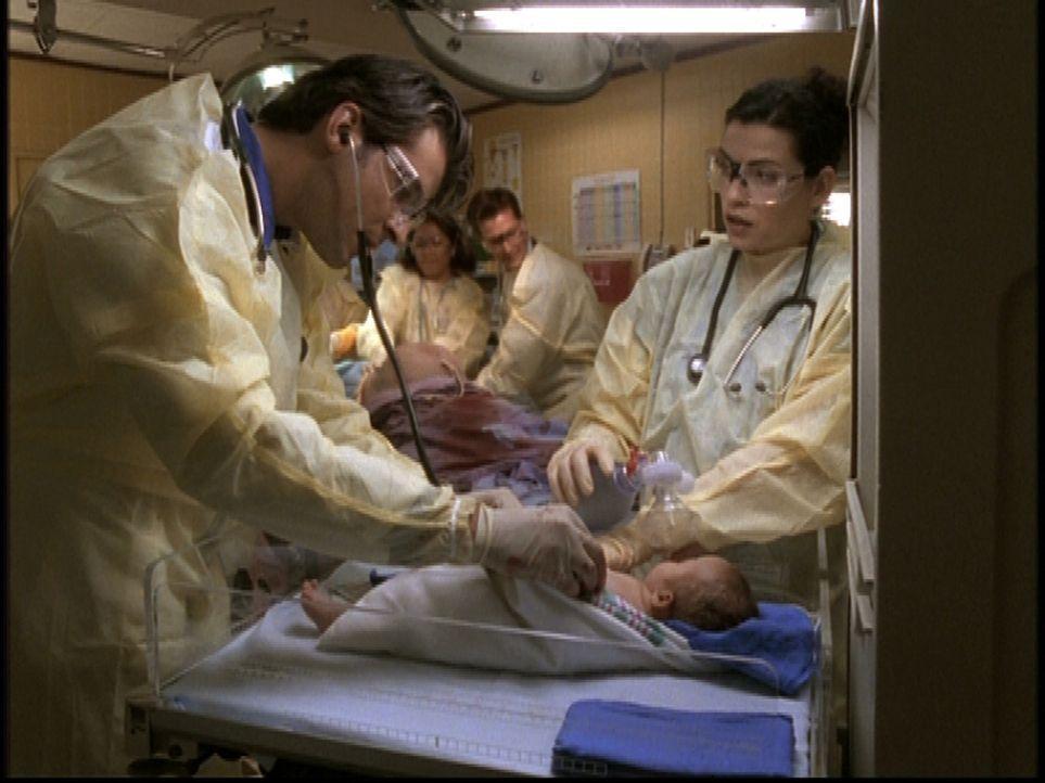 Dr. Kovac (Goran Visnjic, l.) gelingt die Entbindung eines Babys aus dem Mutterleib einer Verstorbenen. Hathaway (Julianna Margulies, r.) ist tief b... - Bildquelle: TM+  2000 WARNER BROS.