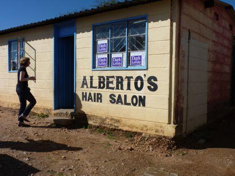Stellungswechsel - In Alberto's Hair Salon, liegt in einem Township in Namibi...