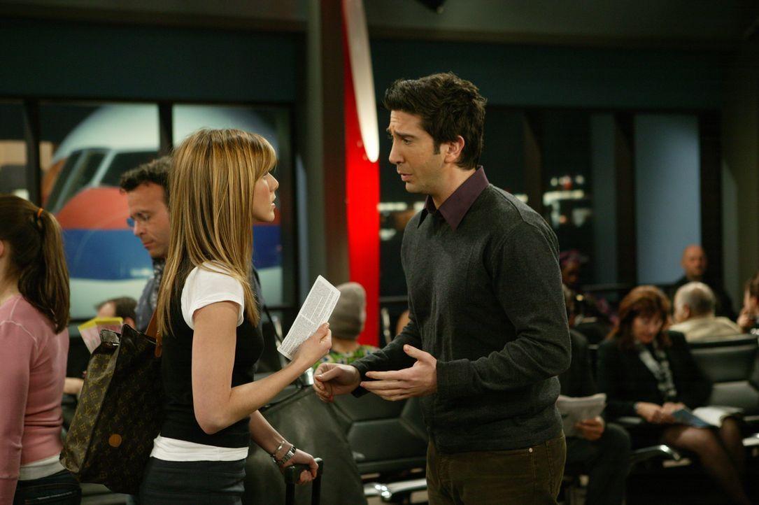 Obwohl Ross (David Schwimmer, r.) versucht Rachel (Jennifer Aniston, l.) davon abzuhalten nach Paris zu gehen, nimmt sie von ihm Abschied und steigt... - Bildquelle: 2003 Warner Brothers International Television