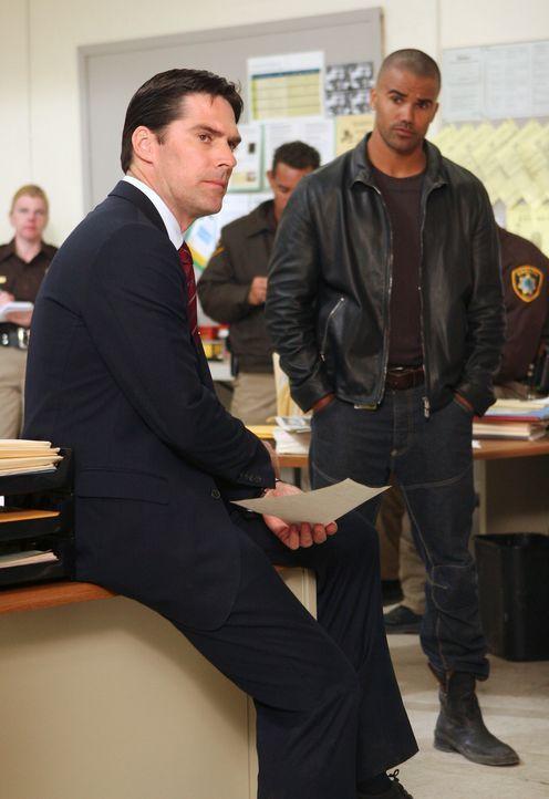Auf der Suche nach einem gefährlichen Serienmörder: Hotch (Thomas Gibson, l.) und Derek (Shemar Moore, r.) ... - Bildquelle: Touchstone Television