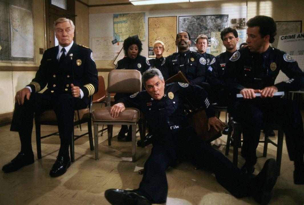Die chaotische Truppe von der Police Academy sorgt dafür, dass im Unterricht keine Langeweile aufkommt: Commandant Lassard (George Gaynes, vorne l.... - Bildquelle: Warner Brothers International