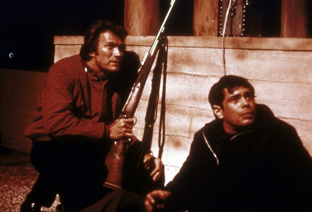 Als der Killer ein 14-jähriges Mädchen entführt, können Kriminalkommissar Harry Callahan (Clint Eastwood, l.) und sein Partner Chico (Reni Santo... - Bildquelle: Warner Bros.