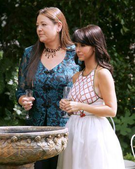 Ghost Whisperer - Melinda (Jennifer Love Hewitt, r.) und Delia (Camryn Manhei...