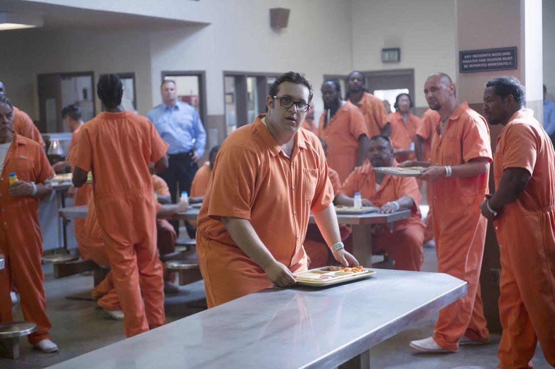 Gangmachenschaften zwingen Sylvester (Ari Stidham, M.) dazu, im Gefängnis zu recherchieren. Doch plötzlich schwebt er in Lebensgefahr ... - Bildquelle: Neil Jacobs 2015 CBS Broadcasting, Inc. All Rights Reserved.