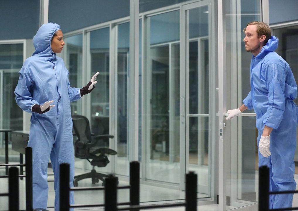 Ausgerechnet als Jake ihre Hilfe braucht, um endlich Antworten zu bekommen, geraten Jana (Christina Marie Moses, l.), Tony (John Winscher, r.) und d... - Bildquelle: Warner Brothers