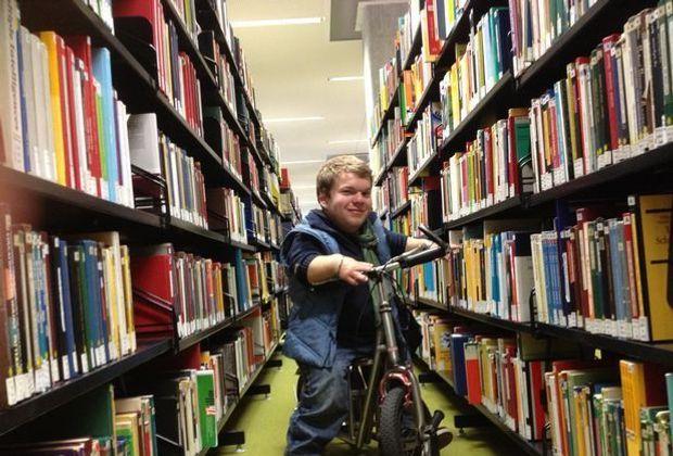 Michel in der Unibibliothek