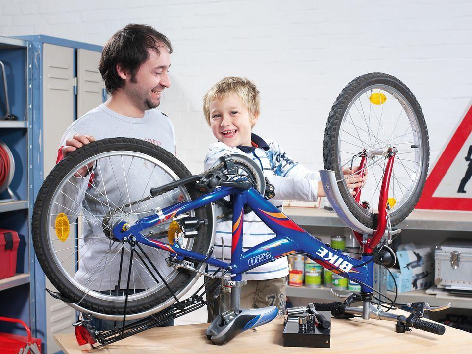 vater-sohn-fahrrad-reparatur-eltern-steuern-freizeit-MEV-Verlag-GmbH - Bildquelle: MEV-Verlag GmbH