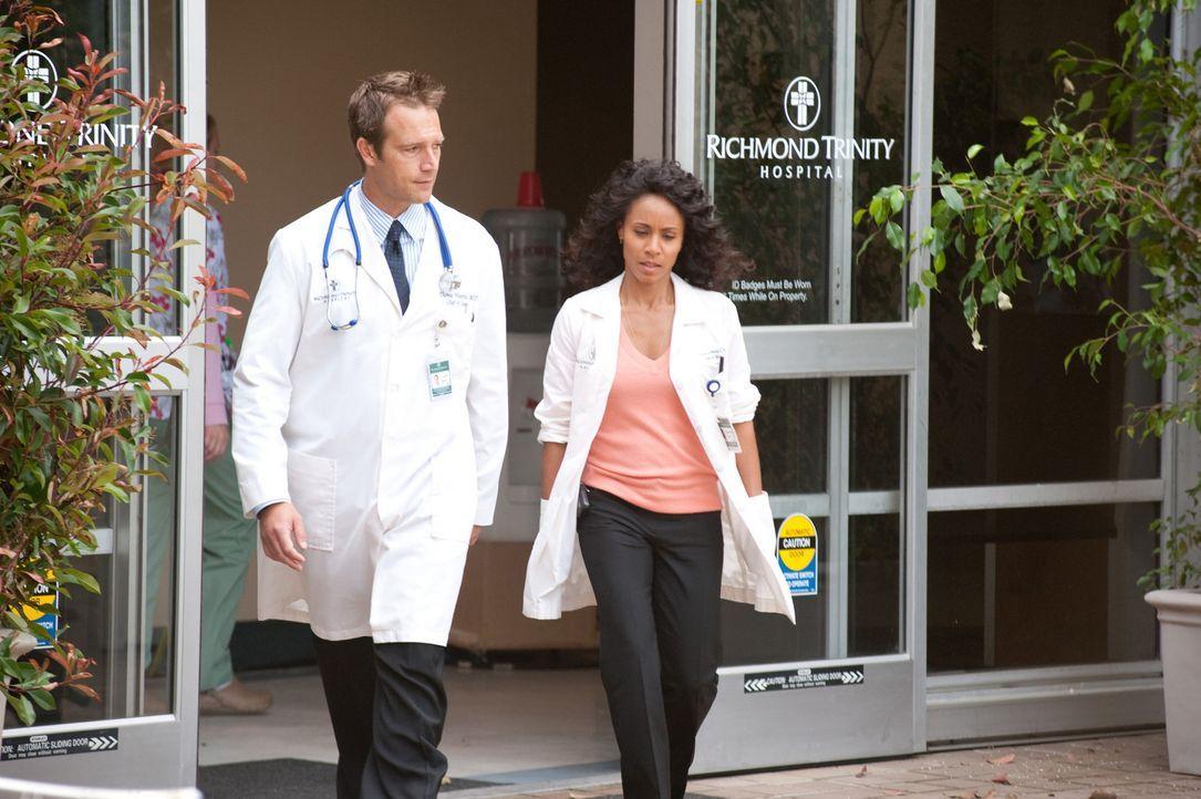 Neben dem harten Krankenhausalltag müssen sich Christina (Jada Pinkett Smith, r.) und Dr. Tom Wakefield (Michael Vartan, l.) mit langen Arbeitsberi... - Bildquelle: Sony 2009 CPT Holdings, Inc. All Rights Reserved