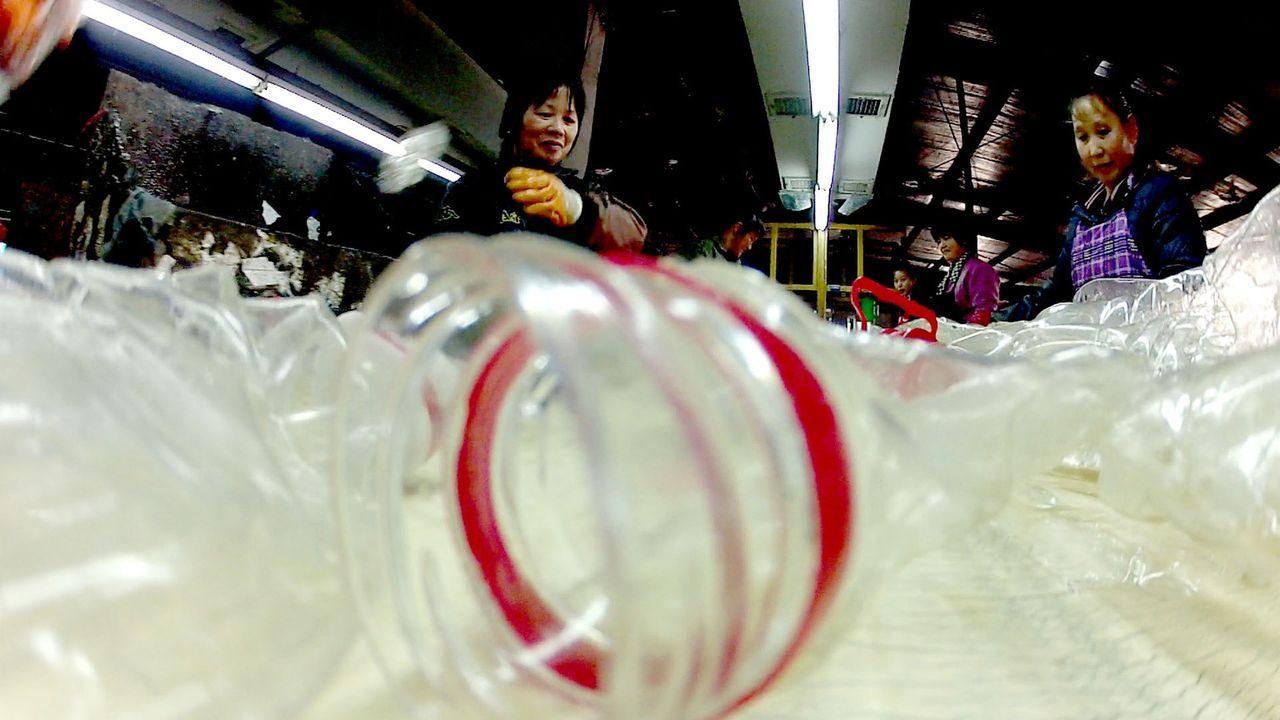 """Rubrik """"Mission Wissen Weltweit"""": Der Kreislauf der PET-Flasche: """"Galileo"""" verfolgt den Weg der PET-Flasche - von der """"Geburt"""" bis zum Recycling. - Bildquelle: ProSieben"""