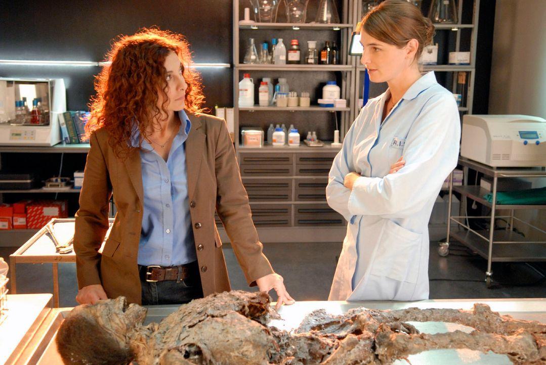 Stefanie (Nicole Marischka, r.) klärt Judith (Proschat Madani, l.) auf, dass der Tote aus dem Kofferraum schon vor vier Jahren an einem Genickbruch... - Bildquelle: Christoph Assmann Sat.1